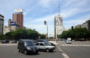 Een blik op Avenida 9 de Julio, de giga brede avenue dwars door Buenos Aires