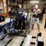 De krat met de XT wordt op de motortrailer getild