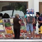 Toeristen onderhandelen over de prijs van frutas