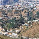Sloppenwijken liggen altijd aan de rand van de stad