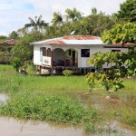 Koloniale huizen aan de oever van de Amazone