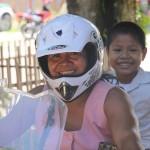 Met helm en zoonlief achterop