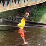 Johnny, een van de scheepsjongens springt in het diepe