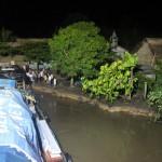'S avonds aanmeren bij een klein dorpje