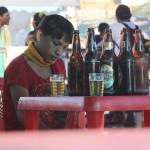 Stiekume foto van een Braziliaanse transsexueel aan het bier