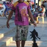 Man met een bosje pikzwarte vliegende vissen
