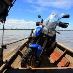Maxima helt in een bootje op de Amazone