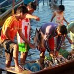 Jonge vissers met een rijke vangst