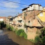 Overhangende huizen aan het riviertje de Moniquira