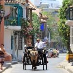 Klassieke open koetsen rijden door de straten