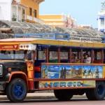 Geinige toeristenbus